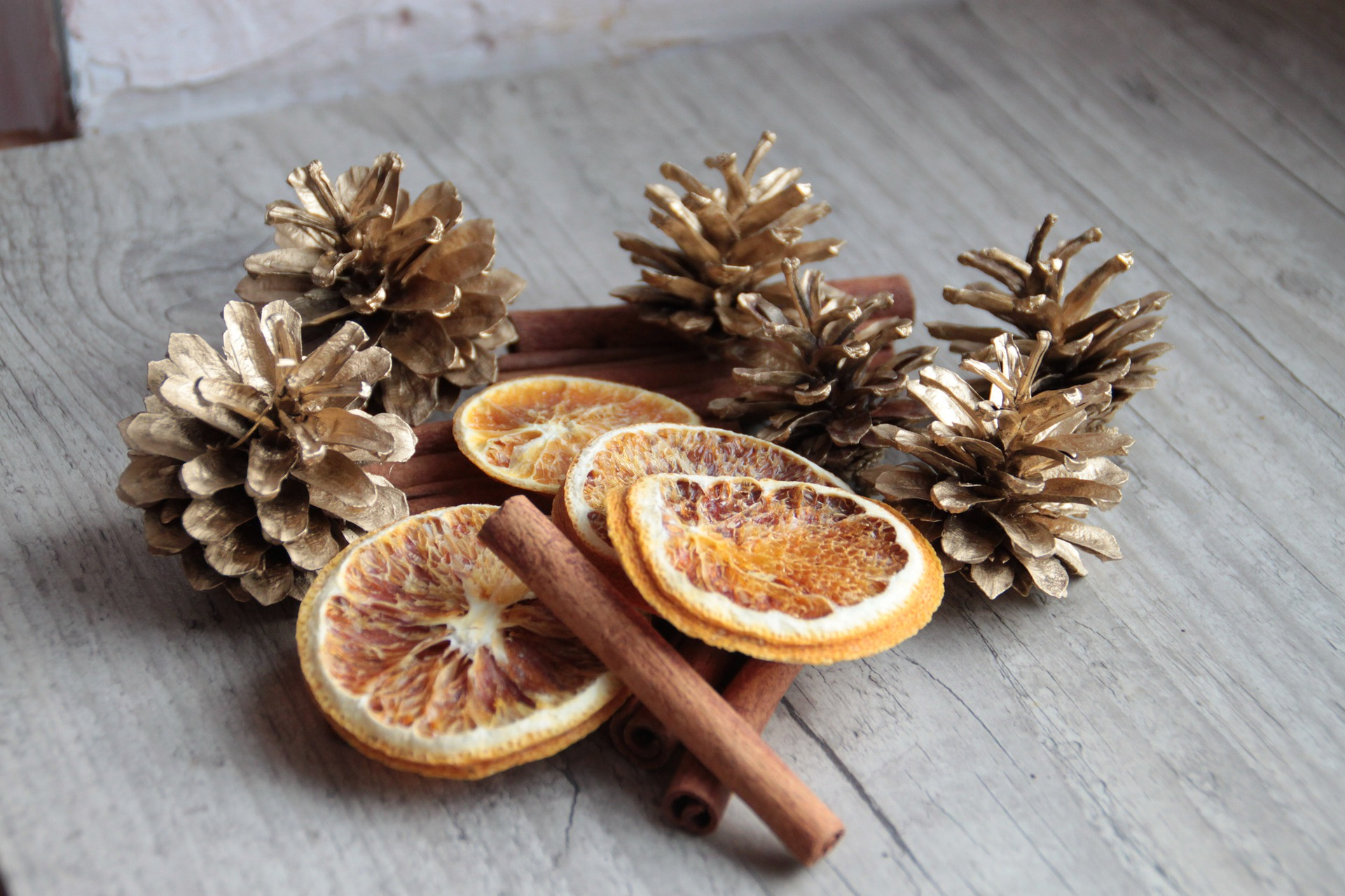 Create Christmas decorations using natural materials